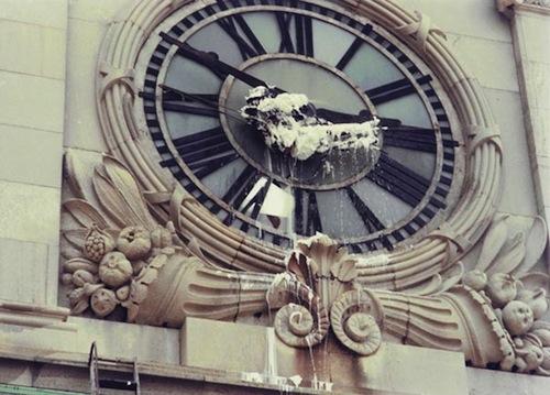 """F5-Gordon-Matta-Clark-actuando-en-""""Clock-shower""""-1973."""